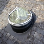 Tête du puits de lumière sur toiture ardoise