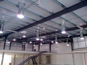 plusieurs conduits de lumière dans un bâtiment professionnel