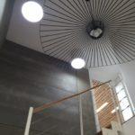 Apport de lumière naturelle avec 2 conduits de lumière dans une cage d'escalier